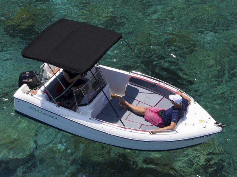Фото лодка без лицензии в порту Алькудии, аренда катеров на Майорке