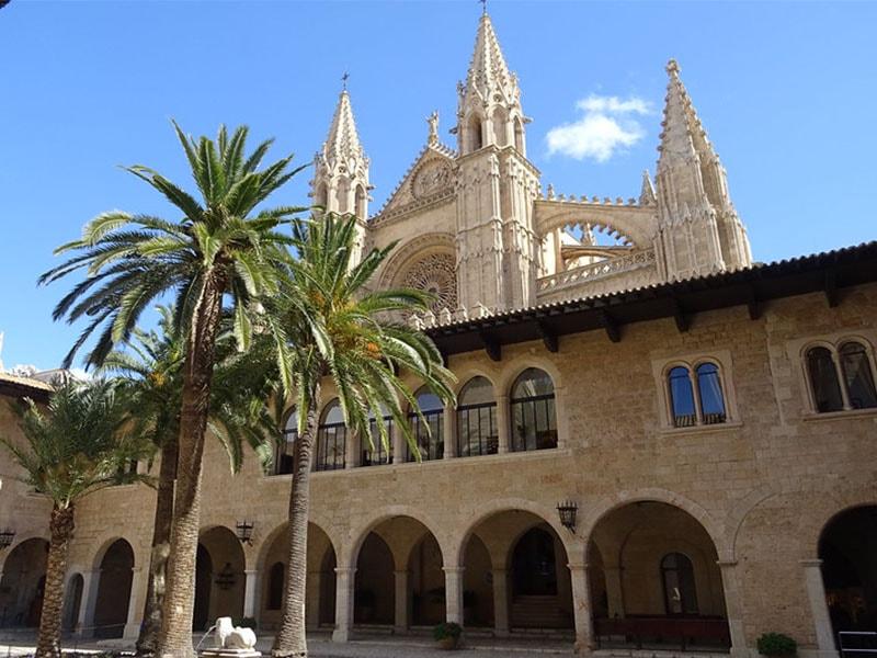 Фото двор Дворца Альмудайна в Пальма де Майорка