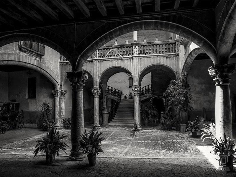 Изображение внутренний дворик по маршруту экскурсии в Старом городе Пальма де Майорка