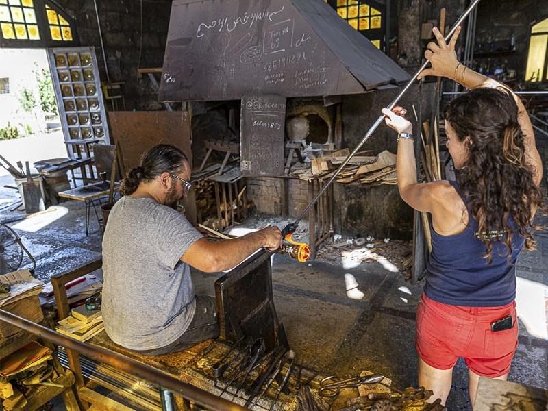 Фото процесс выдувки стекла в стеклодувной фабрике Гордиола, достопримечательность Майорки